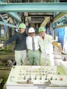 山崎さん(中央)と社員の方々