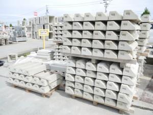 ズラリと並ぶコンクリートブロック