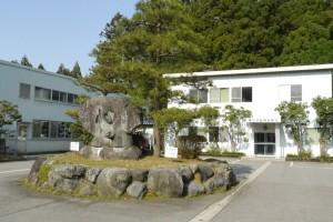 自然豊かな広野の地にある会社。写真中央には「感謝 心 人の和」の石碑がある