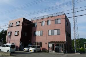 高いアンテナが目印の、広野にある社屋