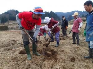 放棄田を耕して畑を作るメンバー