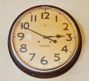 壁に掛けられた年代物の大きな時計