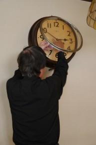 時計のねじを巻く山本さん