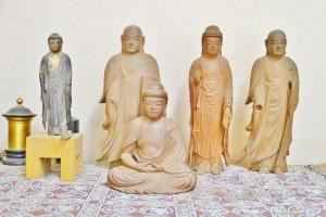 彫房にはご先祖様の作品から近作までが並ぶ