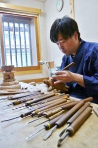何種類もの彫刻刀を使い分けて制作する太雲さん