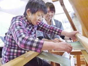 機織り作業の様子を温かく見守る