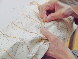 下絵に添って縫っていく刺し子製品
