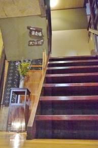 ランプと趣ある階段
