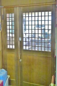 社内で使われている木製の扉