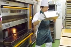 焼けた食パンを素早く出す柴谷さん