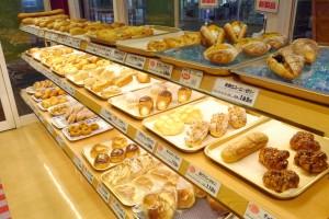 70~80種類のパンが並ぶ