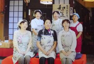 松井さん(右)とスタッフのみなさん
