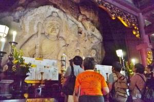日石寺の不動明王像の間近で解説