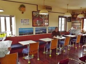 2人がけのテーブル席が多数