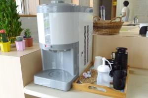コーヒーや水は自由に飲める