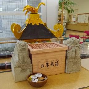 玄関のお神輿と賽銭箱