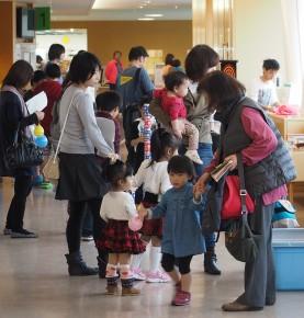 病院祭には大勢の子ども連れが来院