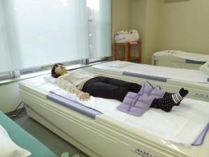 手技治療を行う水圧マッサージベッド