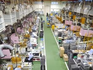 熱の出る機械は2階にある効率的な工場内