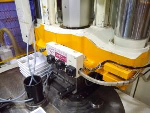 インサート成形を行う竪型成形機