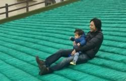 丸山総合公園でソリ遊び