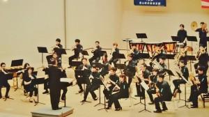 今年の夏の大会での北アルプス吹奏楽団。指揮者の正面が真貝さん
