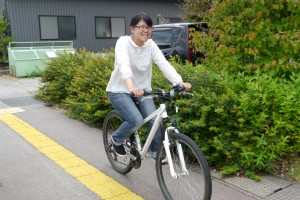 自転車に乗って上市町を巡る山内さん