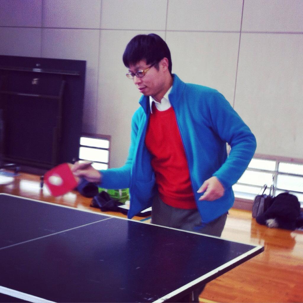 華麗に卓球をしている写真