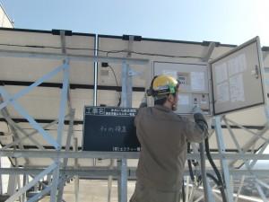 かみいち総合病院の屋上に設置した太陽光発電装置