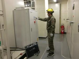 病院の蓄電池の検査の様子