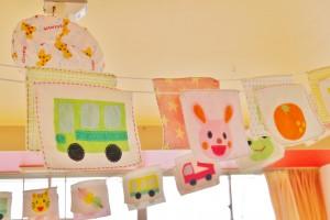 遊戯室の天井に飾られた布製フラッグ