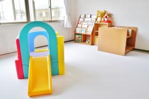おもちゃや絵本のあるプレイルーム