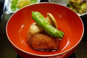 豆腐をわざとすだつよう煮含め、高野豆腐の衣で友揚げした新食感の「東坡(とば)豆腐」