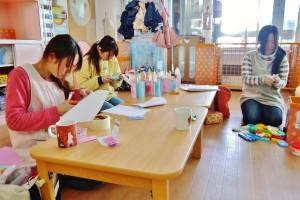 園児の午睡中に制作する先生たち