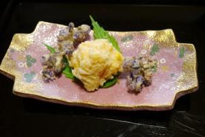 真ん中は白トリュフと塩を振ったトウモロコシとエビの天ぷら、両側の紫は葛の花の天ぷら