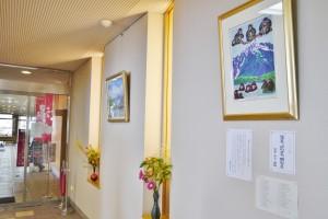 花や絵が飾ってある入口