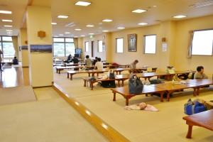2階の大広間でゆったり過ごす人も多い