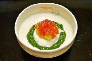 つゆ草ゼリーの上に嶺岡(みねおか)豆腐と冬瓜、焼いたパプリカを載せた一品。器は茶道で用いる平茶碗