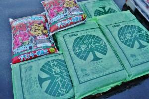 高級活性堆肥「土肥バーク(40L入り650円)」と「魔法の土(25L入り950円)」