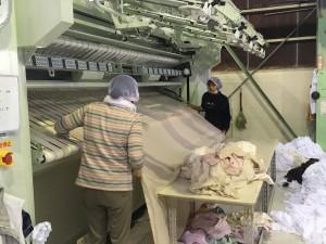 シーツ等を乾燥プレスして畳む機械