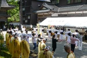 信徒会館前での輪踊り