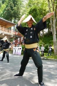 力強く直線的な男踊り