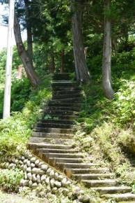 駐車場から上に続く階段