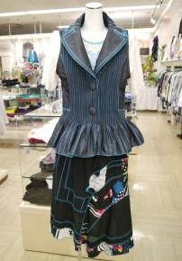 ベスト(エターナリーブレイズ)64,800円、Tシャツ(ジオン)21,000円、スカート(エターナリーブレイズ)29,800円