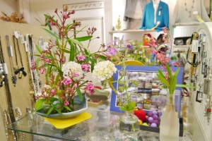 店内に飾られたお花とアクセサリー