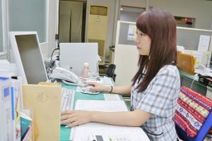パソコンに向かう寺尾さん