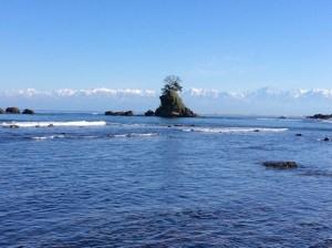雨晴海岸から望む海越しの立山連峰(山田さん撮影)