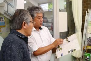 観光客に観光地を案内する澤井さん