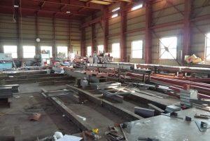 鉄骨が並ぶ工場内