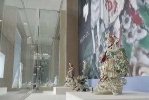 1階廊下のフィギュリン(マイセン陶器の人形)